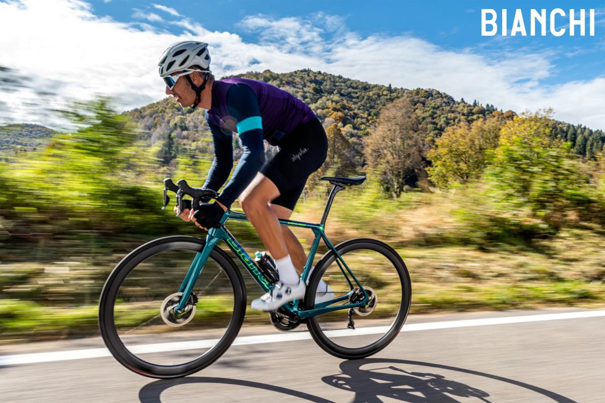 Ciclista pedala in sella a una bici Bianchi Specialissima Disc 2021