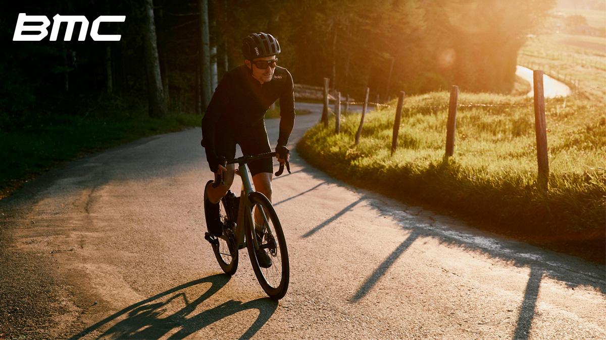 Ciclista pedala su una bicicletta BMC Roadmachine 2021