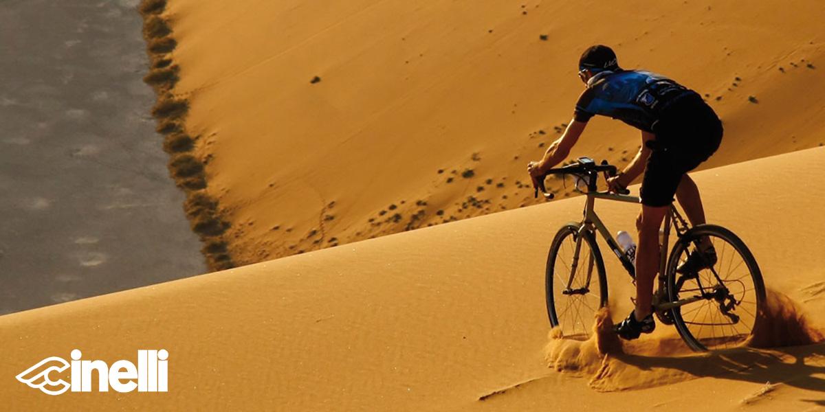 Un ciclista pedala nella sabbia in sella ad un modello gravel Cinelli 2021