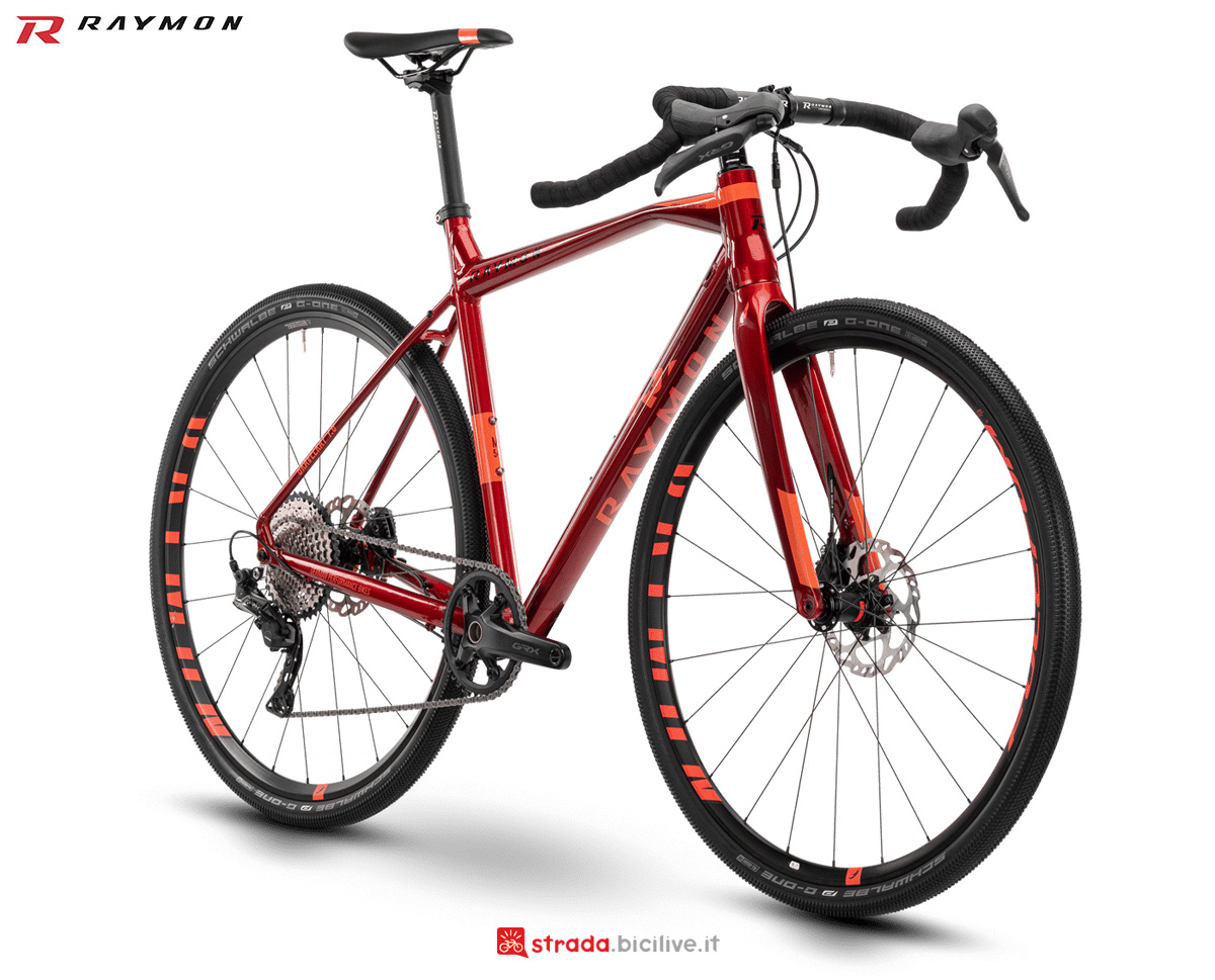 Una bicicletta gravel R Raymon GRAVELRAY 7.0