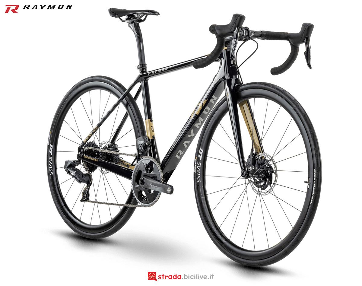 Una bicicletta da corsa R Raymon RACERAY 10.0 Carbon gamma 2021