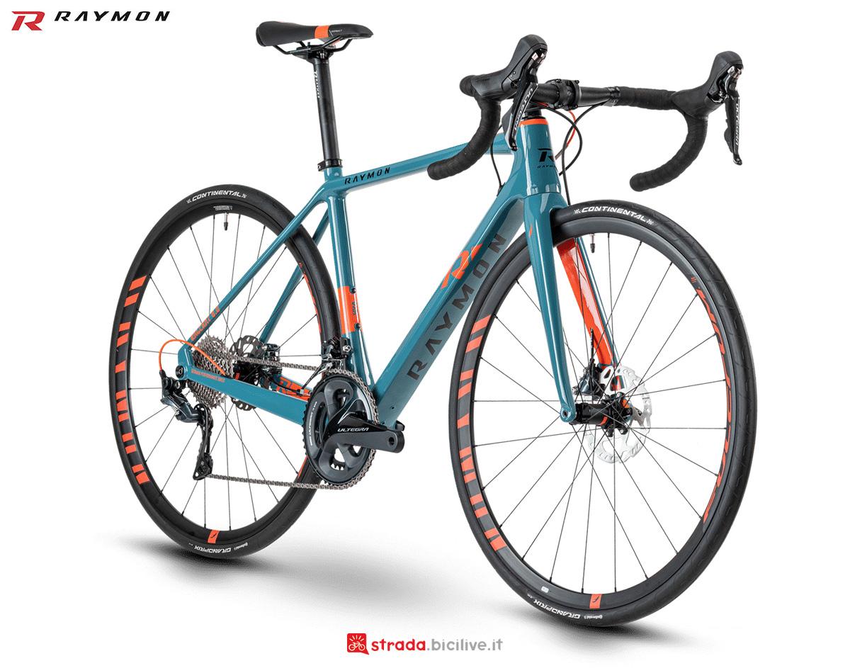Una bicicletta da corsa R Raymon RACERAY 8.0 Carbon anno 2021