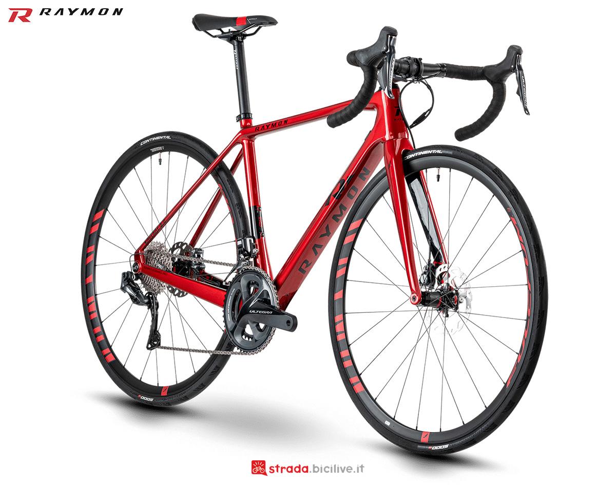 Una bici da strada con telaio in carbonio R Raymon RACERAY 9.0 Carbon gamma 2021