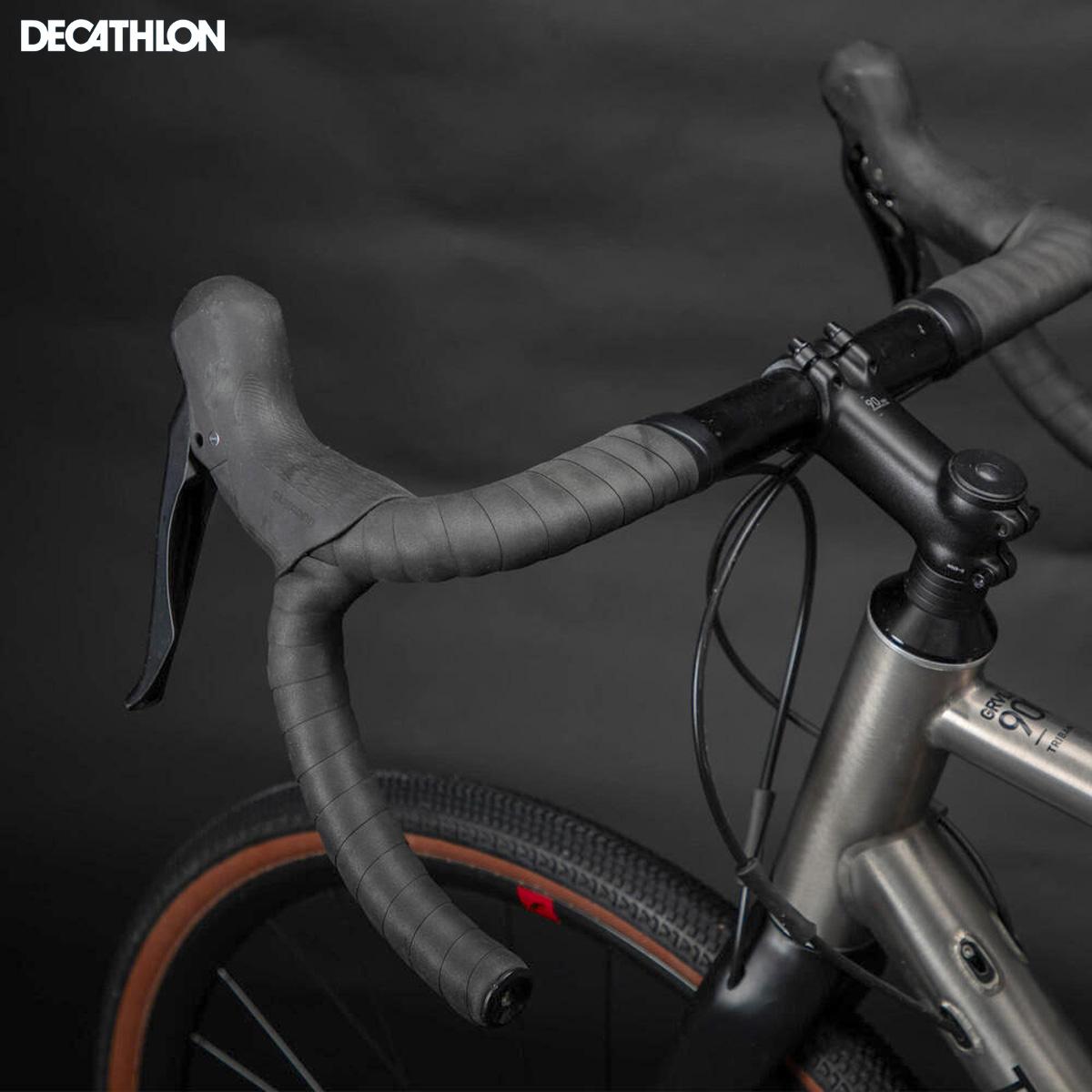 Dettaglio del manubrio e della leva del freno Shimano GRX 400 sulla bici Decathlon Triban GRVL900 TI 2021