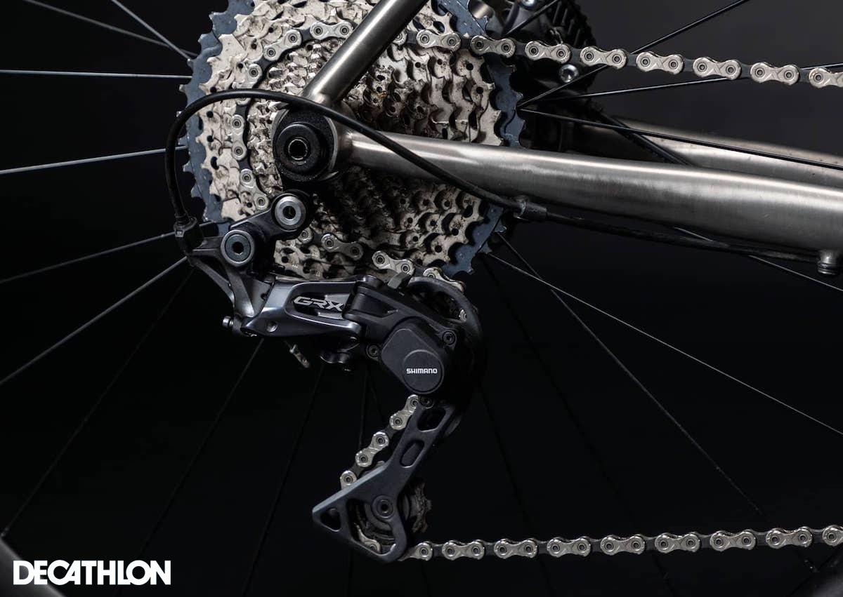 Dettaglio del pacco pignoni e del deragliatore posteriore installati sulla gravel bike Decathlon Triban GRVL900 TI 2021