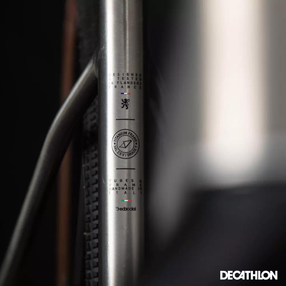 Dettaglio del telaio della bici Decathlon Triban con le areografie che testimoniano la produzione 100% Made in Europe