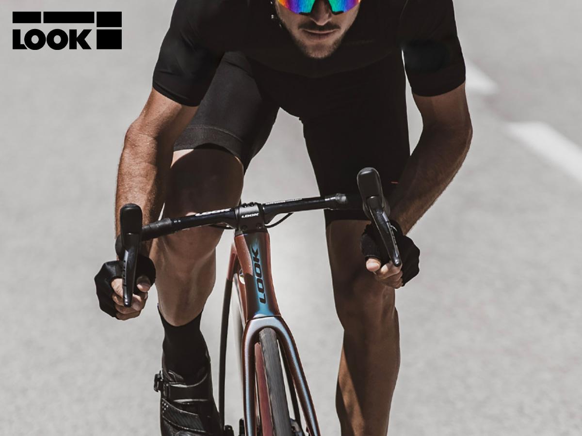 Un ciclista pedala sulla nuova bici da strada Look 795 Blade Disc