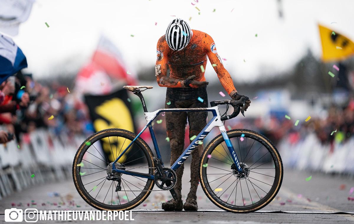 Mathieu van der Poel si inchina dopo essersi laureato campione del mondo di ciclocross 2020