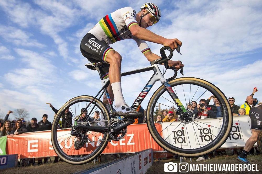 Mathieu van der Poel esegue un bunny hop da mtb in una gara di ciclocross