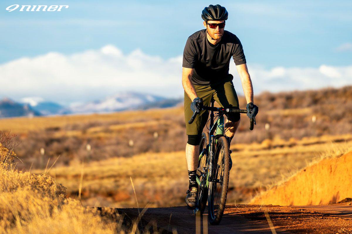 Ciclista pedala felice in sella a una bici Niner MCR 9 RDO 2021 su strada