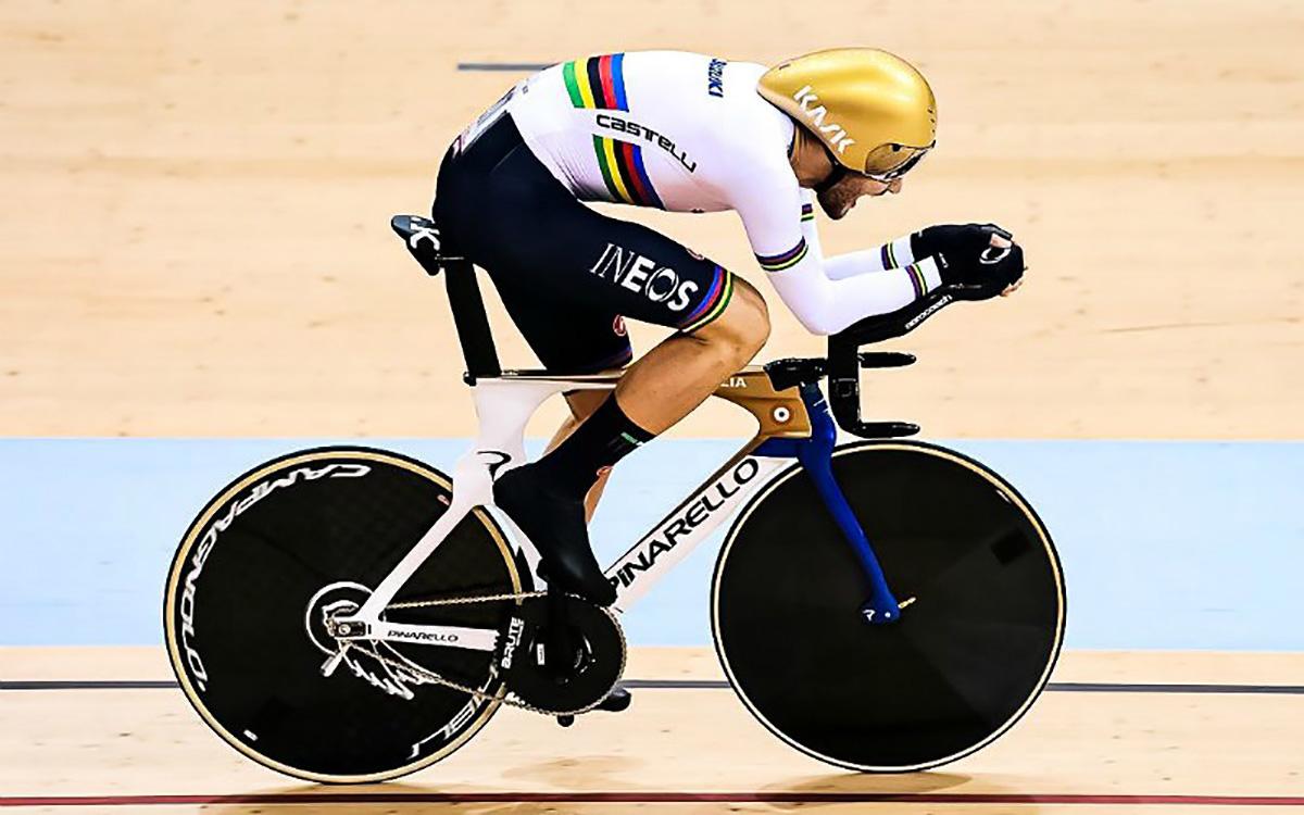 Uno sprint di Filippo Ganna sulla Pinarello da pista