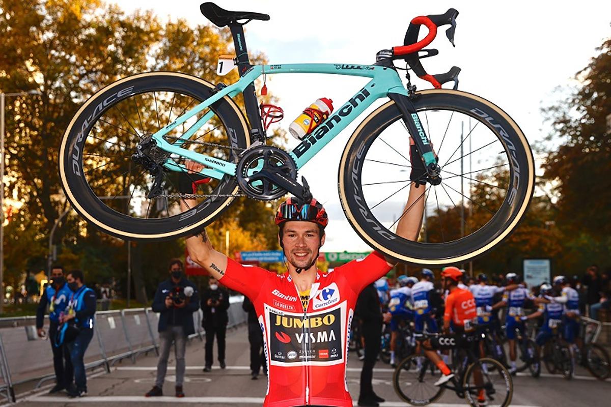 Primož Roglič solleva la sua bicicletta Bianchi con la maglia rossa della Vuelta di Spagna 2020