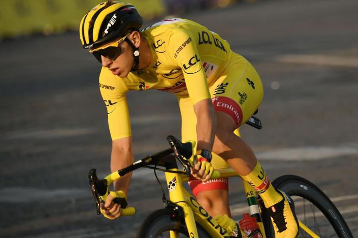 Tadej Pogacar in sella alla sua bici da corsa Colnago