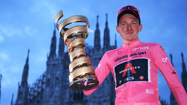 Tao Geoghegan Hart con la Maglia Rosa e il Trofeo Senza Fine a Milano al termine del Giro d'Italia 2020