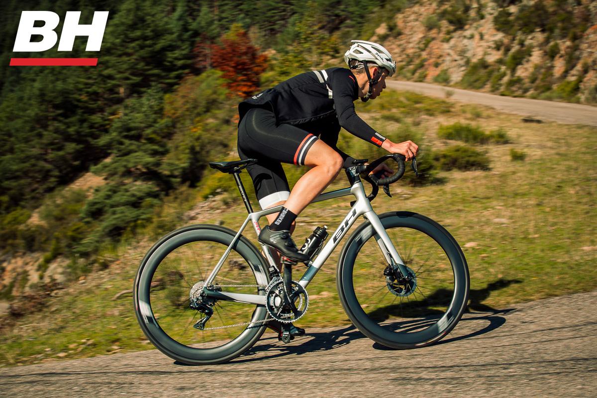 Ciclista pedala in salita in sella a una bicicletta BH Ultralight EVO Disc 2021