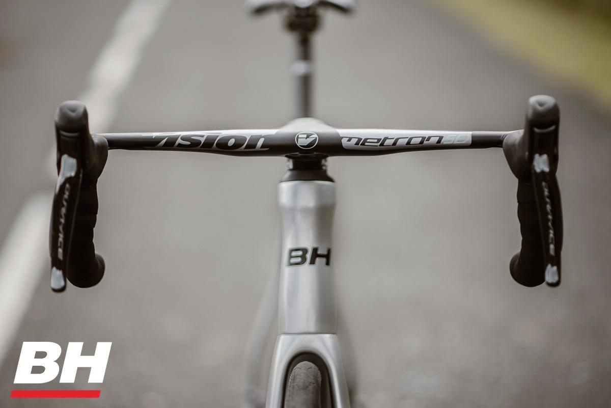 Il manubrio montato sulla bici da corsa BH Ultralight EVO Disc 2021