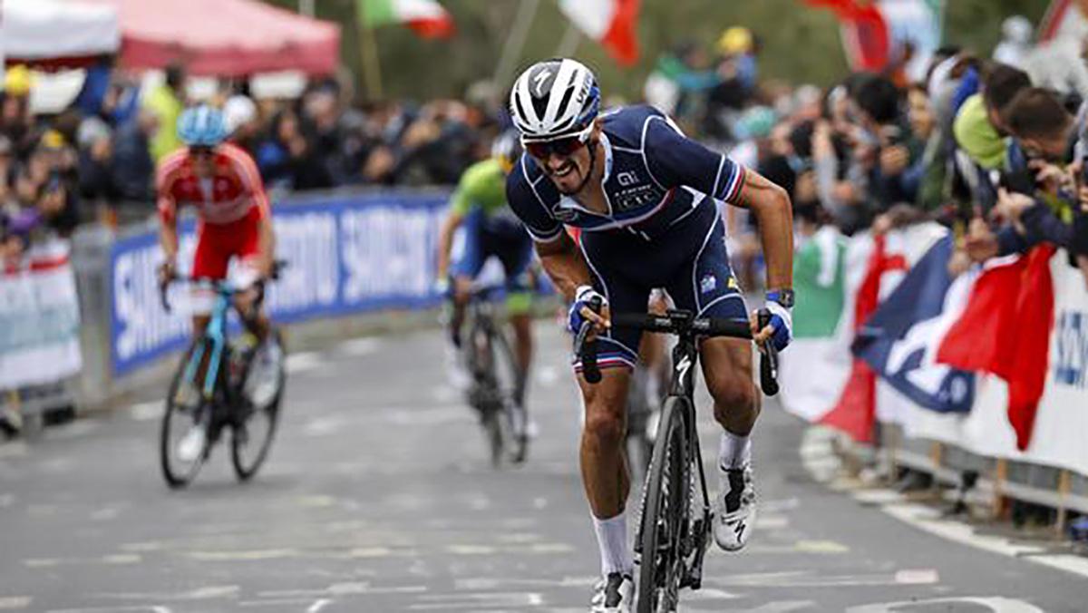 Julian Alaphilippe durante un faticoso sprint