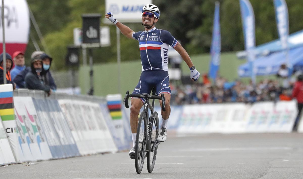 Julian Alaphilippe trionfante in una gara