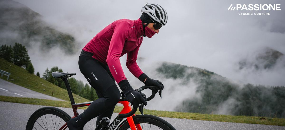 Ciclista pedala col freddo indossando lo scaldacollo Neck Warmer di La Passione