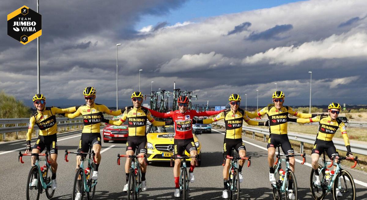 Il ciclista professionista Primož Roglič (in rosso) con la sua squadra Jumbo Visma