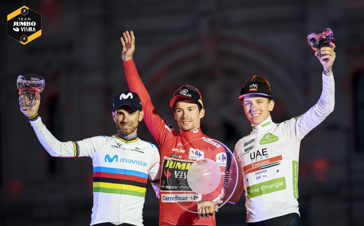 Il ciclista professionista Primož Roglič (al centro) sul podio della Vuelta 2019.