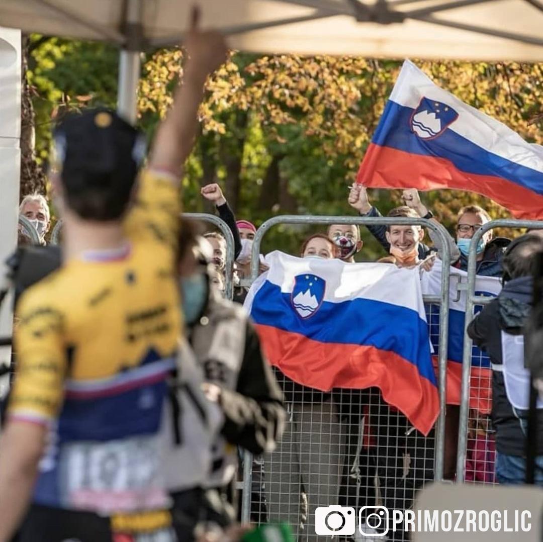 Il ciclista professionista Primož Roglič saluta i fan