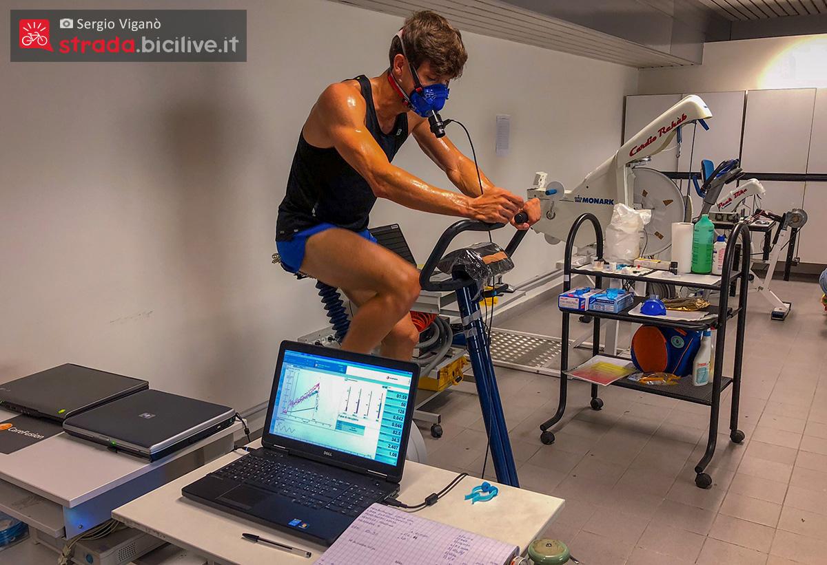 Sergio Viganò si allena sui rulli bici calcolando i valori corporei