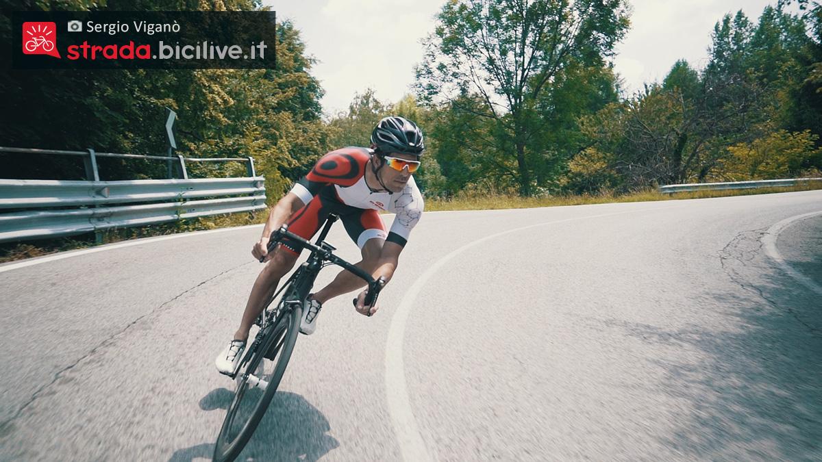 Sergio Viganò pedala sulla bici da corsa