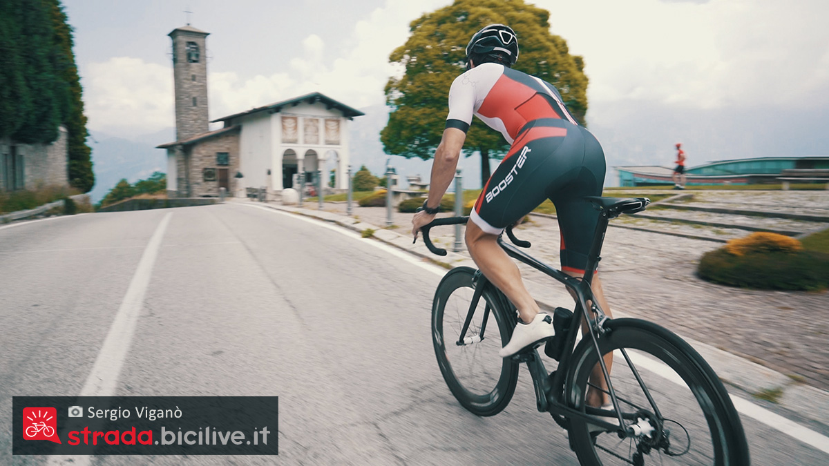 Sergio Viganò mentre pedala in salita