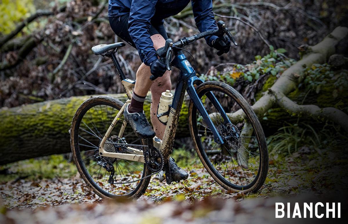 Un ciclista pedala nel bosco in sella a una bici Bianchi Arcadex 2021