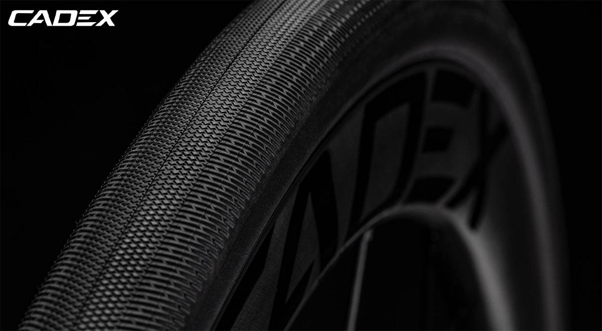 Il dettaglio del battistrada dei nuovi copertoni per bici da corsa Cadex Classics Tubeless