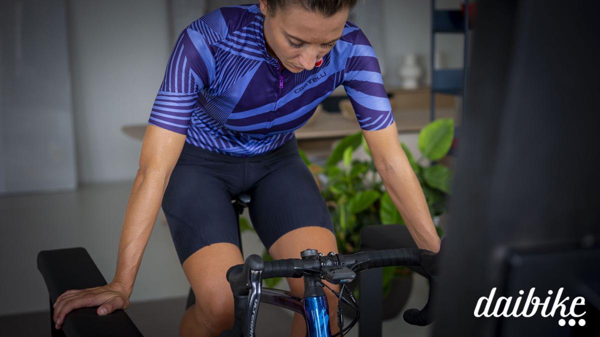 Ciclista donna si appoggia alla Aura Board di Daibike