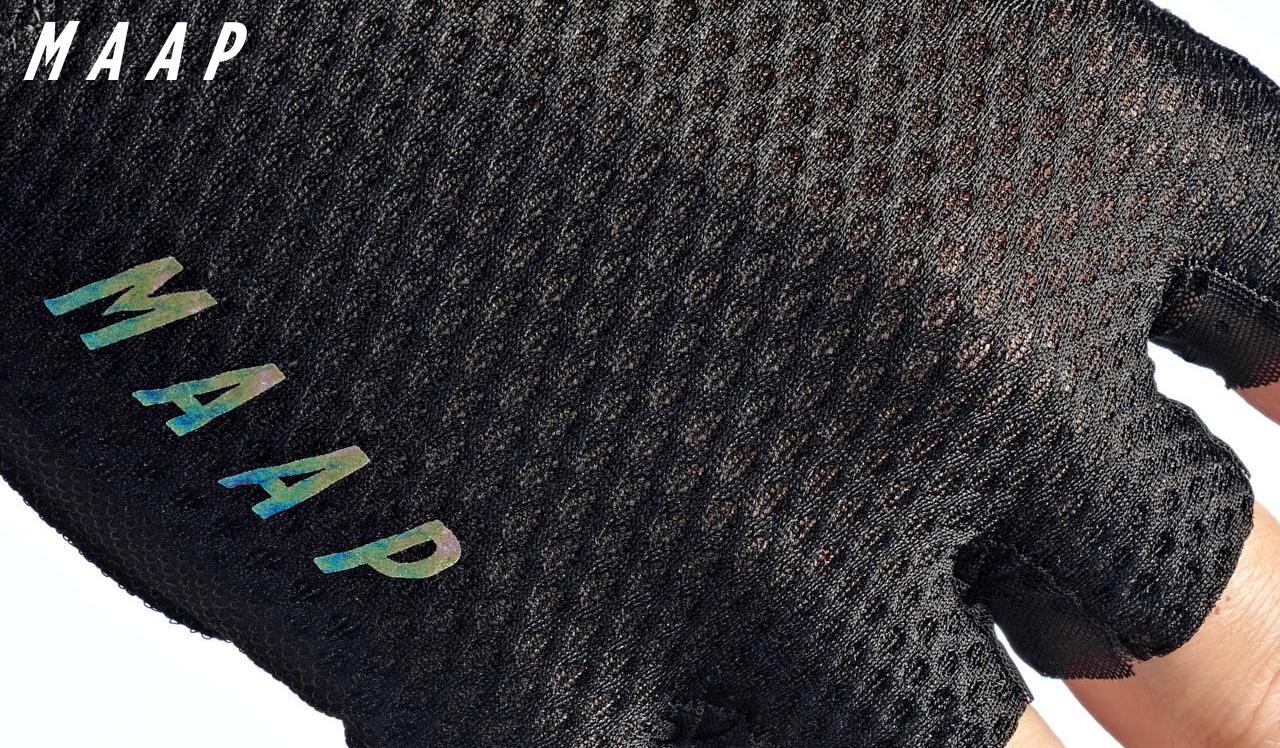 Il dettaglio della trama dei nuovi guanti per bici Maap Pro Race Mitt in collaborazione con Elastic Interface