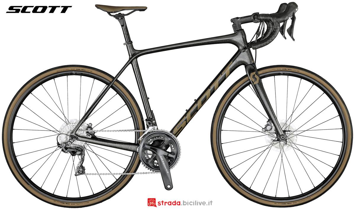Una bicicletta da corsa in carbonio Scott Addict 10 Disc gamma 2021