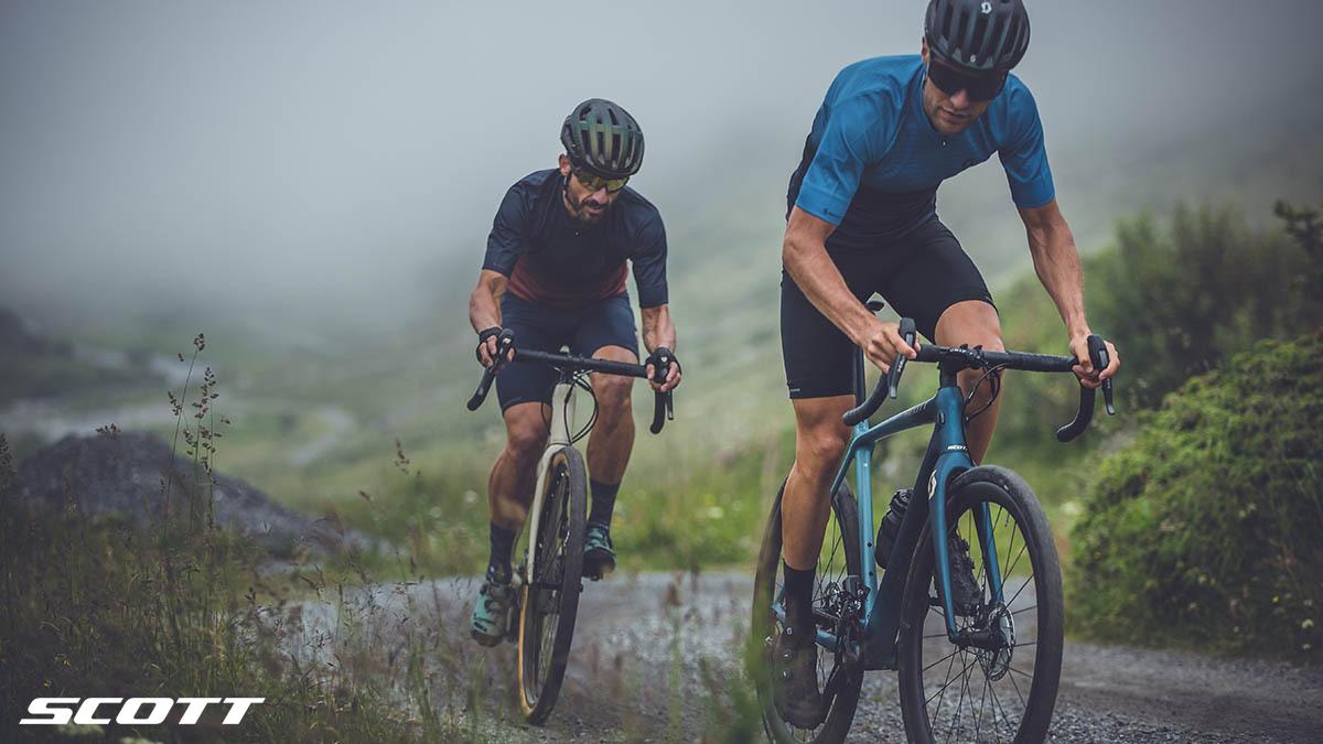 Ciclisti in sella a biciclette Scott Addict Gravel 10
