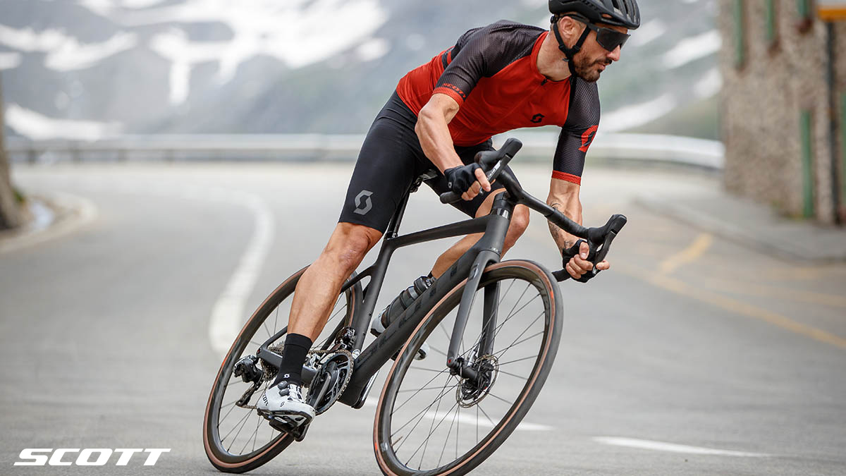 Un ciclista in discesa in sella a una bici Scott Addict RC Ultimate 2021