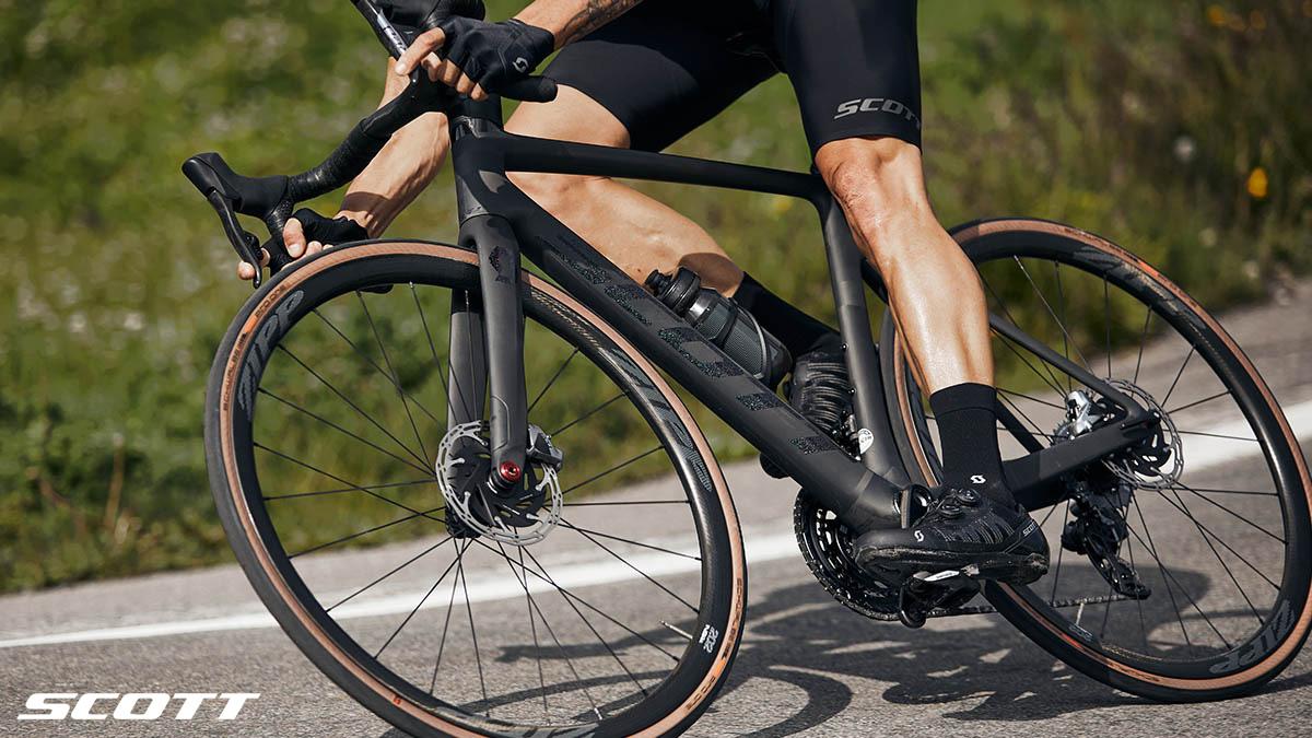 Ciclista in discesa in sella a una bici Scott Addict RC Ultimate