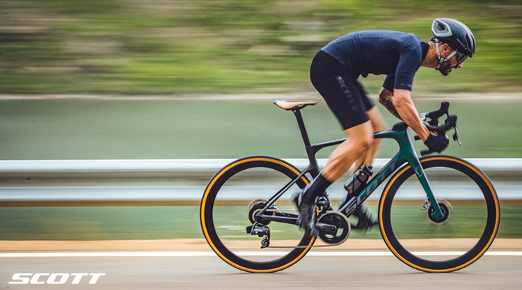 Ciclista pedala su una bicicletta da corsa Scott Aero 2021