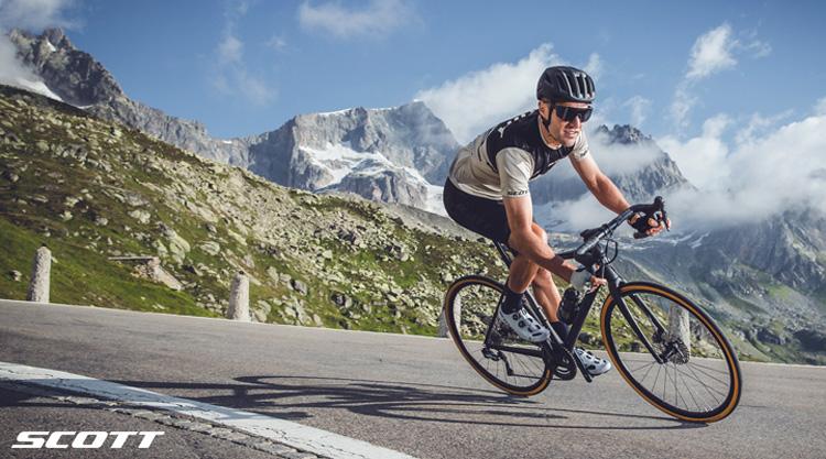 Ciclista in discesa a cavallo di una bici da strada Scott Endurance 2021