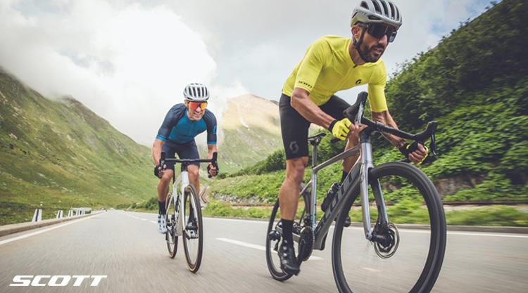 Due ciclisti in sella a bici da corsa Scott Lightweight 2021