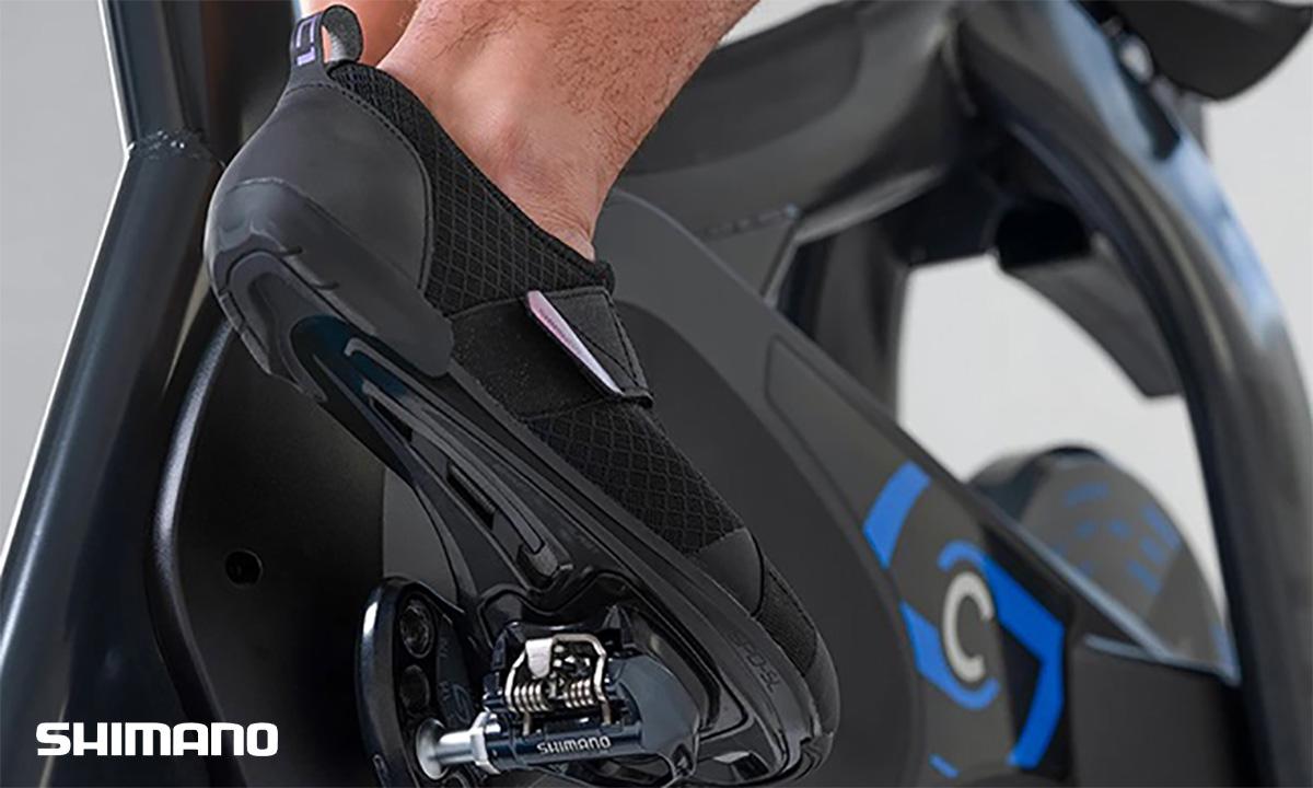 Un ciclista si allena in casa con le scarpe Shimano IC1 2021