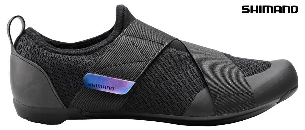 La nuova scarpa per l'allenamento ciclistico indoor Shimano IC1 2021 vista lateralmente