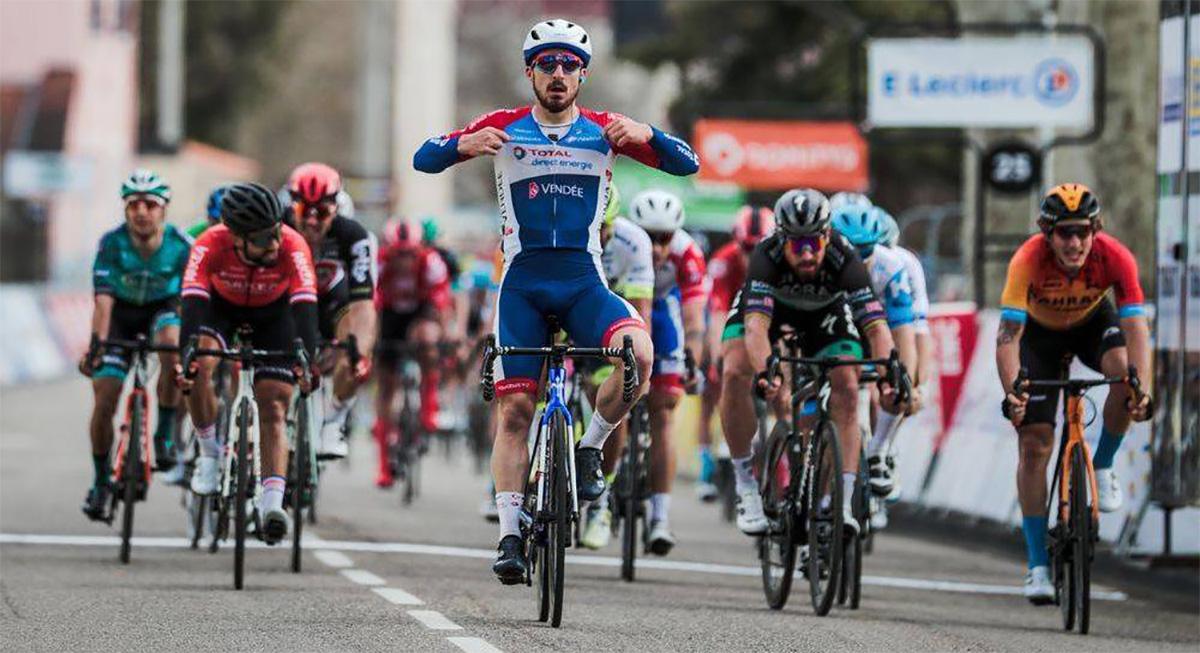 Un ciclista esulta durante una tappa della corsa Parigi-Nizza 2020