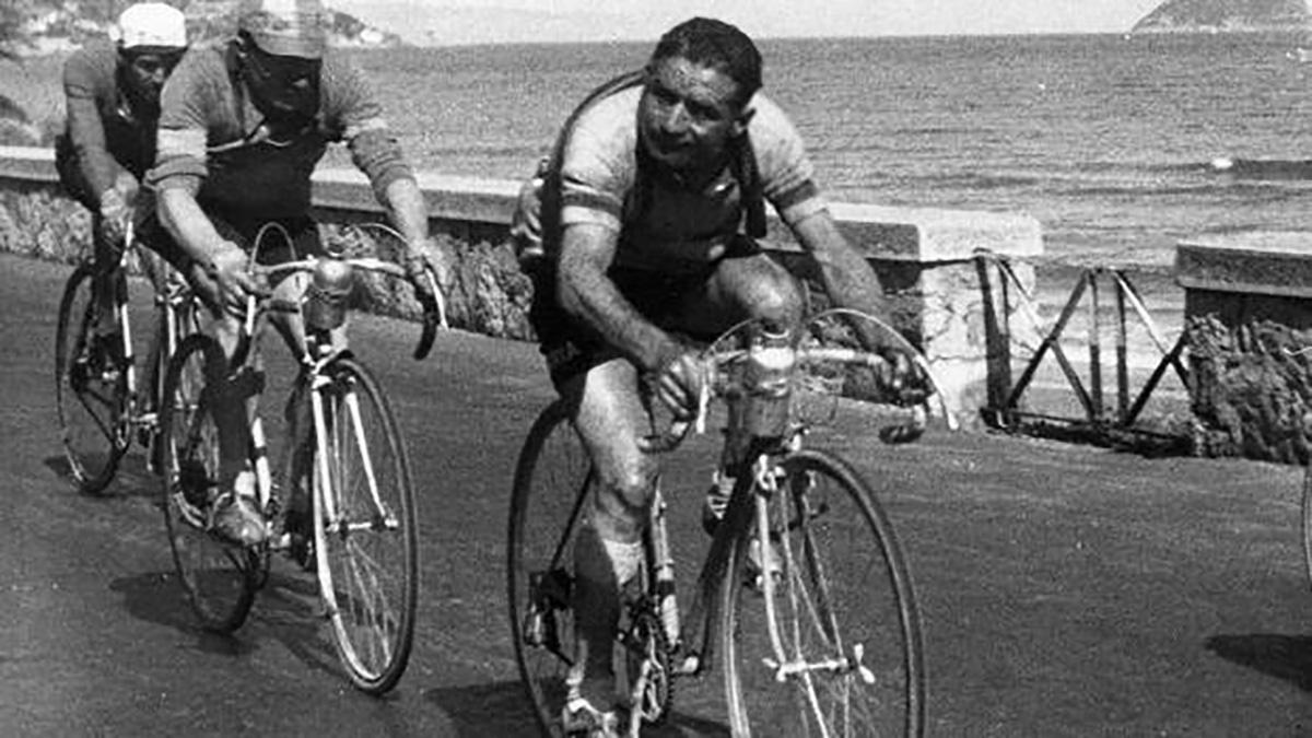 Il ciclista Fermo Camellini nel 1946 durante la gara Parigi Nizza