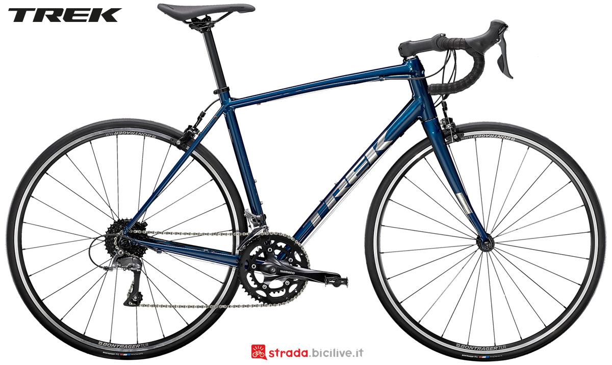 Una bicicletta da corsa economica Trek Domane AL 2 2021