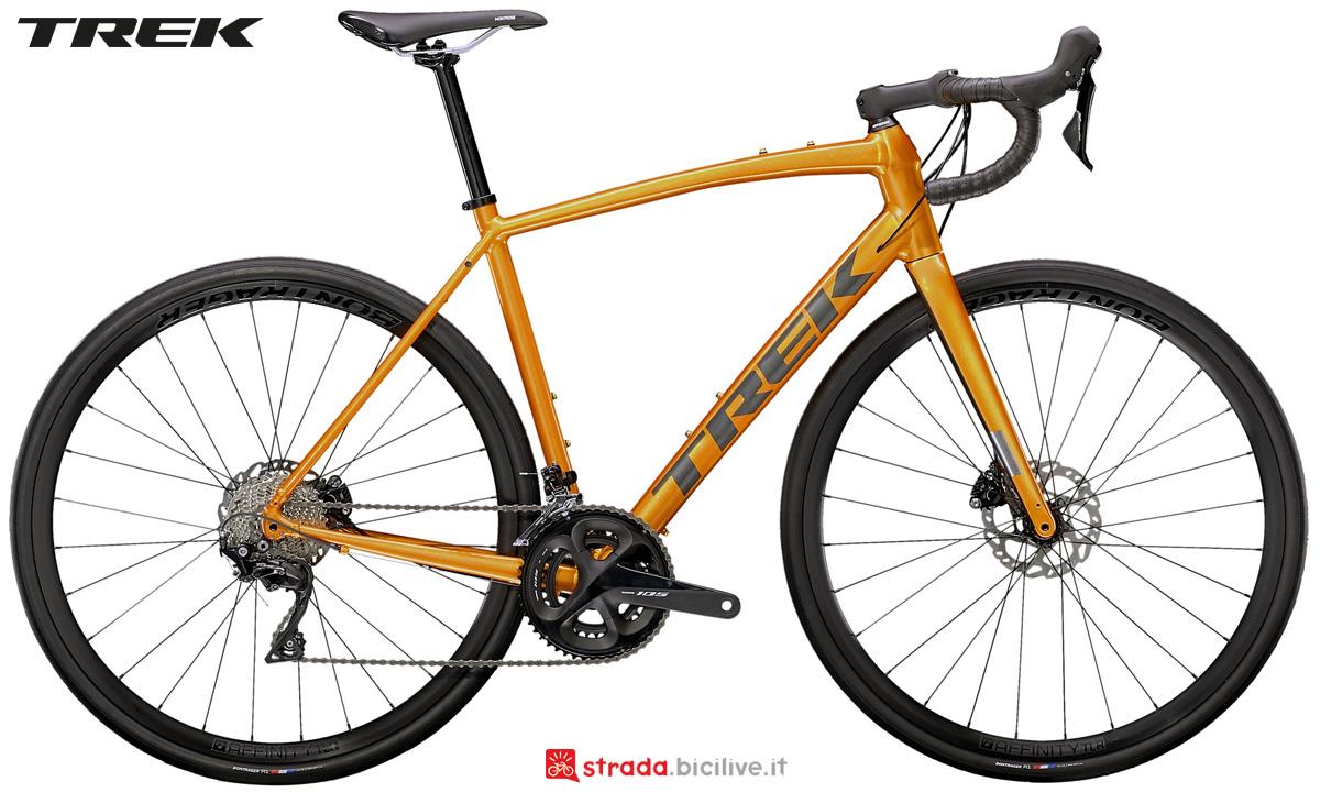 Una bicicletta da corsa Trek Domane AL 5 Disc dal catalogo 2021