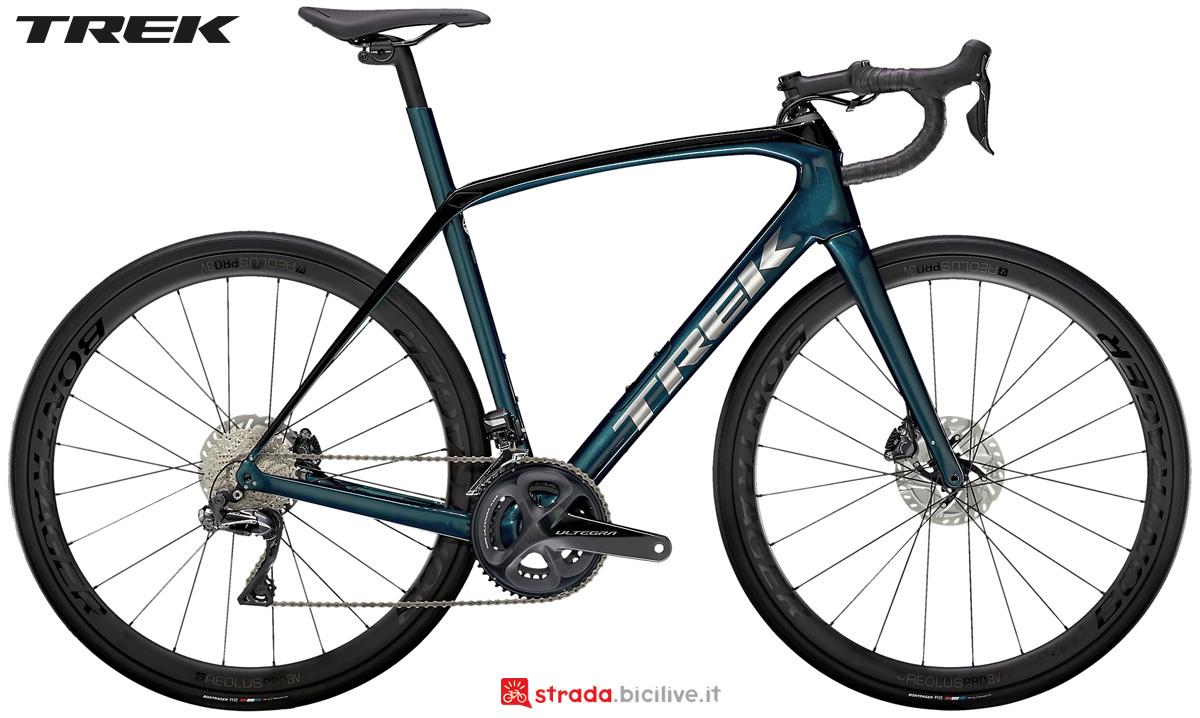Una bicicletta da strada Trek Domane SL 7 collezione 2021