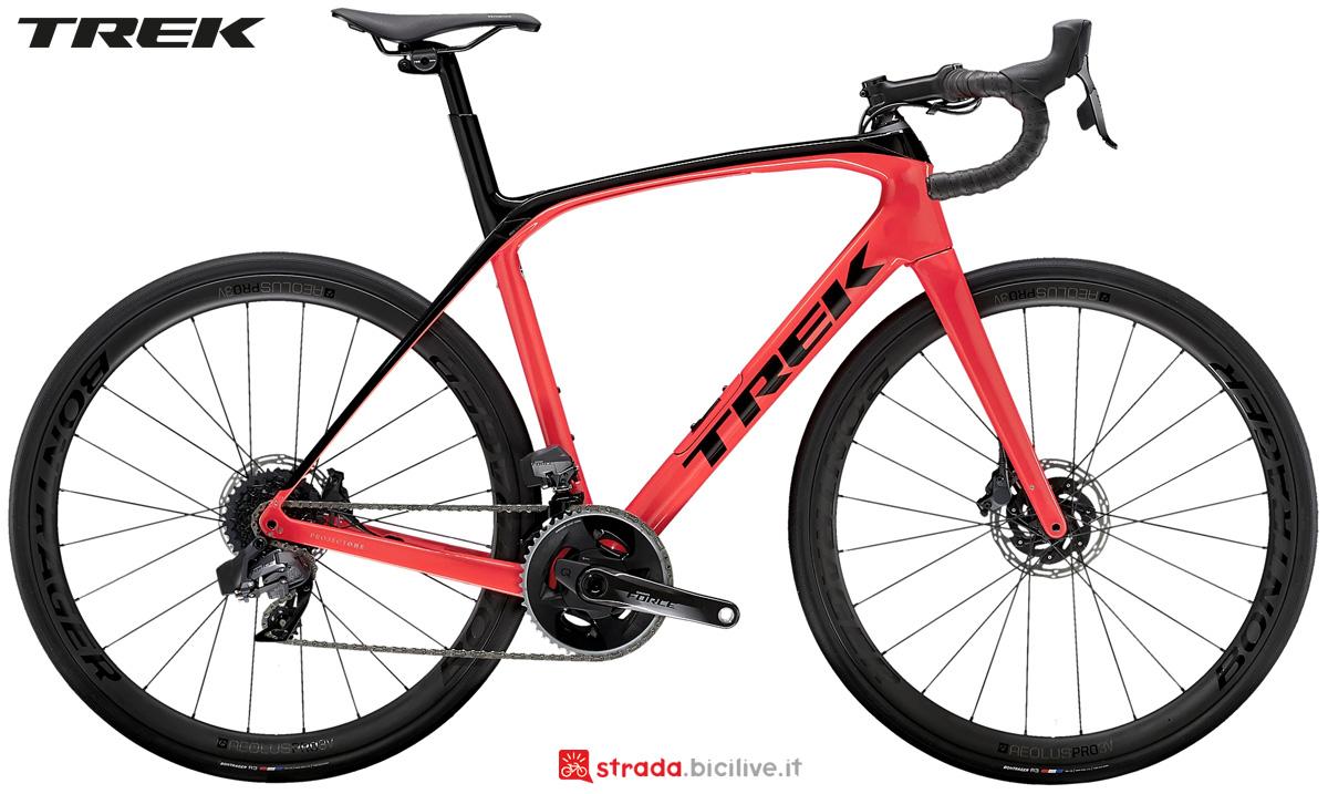Una bicicletta da corsa Trek Domane SLR 7 eTap gamma 2021