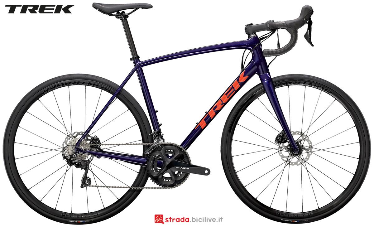 Una bicicletta da strada Trek Emonda ALR 5 Disc 2021