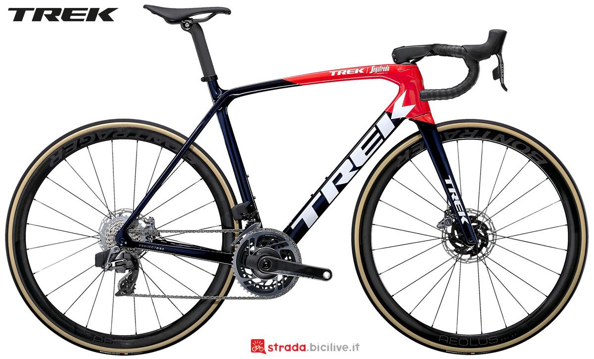 Una bici da corsa Trek Emonda SLR 9 Disc eTap 2021